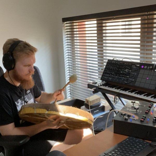 Saul Jurgelevicius met zijn zelfgemaakte looper-instrument, The Rythm Catcher.