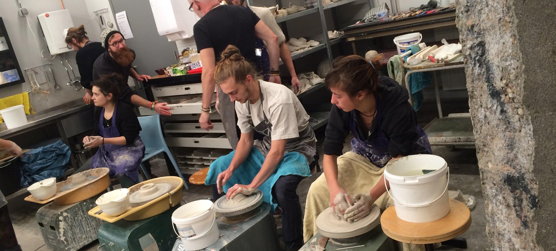 Projectweek pottenbakken in de keramiekwerkplaats van de AKI