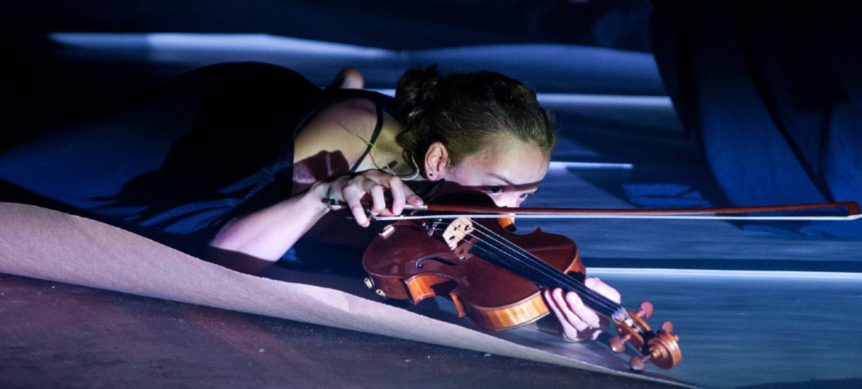 Anne Eding in KINTSUGI (final master muziektheater Tom Jaspers) - Fotograaf: Naomi Noltes