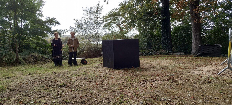 Studenten BEAR Fine Art begraven een tijdscapsule in de tuin van Museum Arnhem