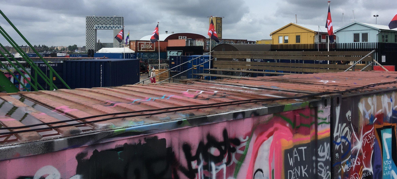 De zeecontainers op Over het IJ Festival terrein, waar Muziektheaterstudenten van ArtEZ hun performance presenteren.